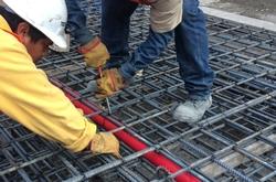 Trabajador instalando un muro milán